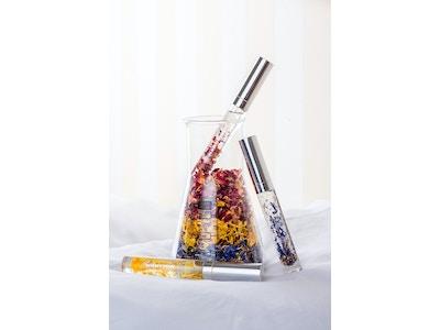 Lippenöl mit Blütenblättern